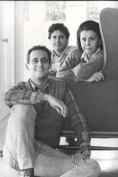 Con sus hijos Vicente (en primer plano) y Lorenzo. (Foto: Archivo Blanca Varela)